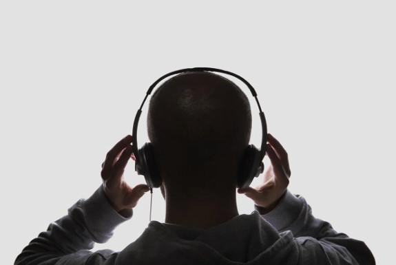 Слушалки и силна музика